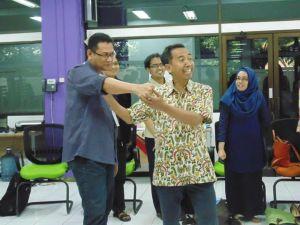 Peserta pelatihan bersama dengan pemandu, Drs. Asep Abdul Gani, Psikolog
