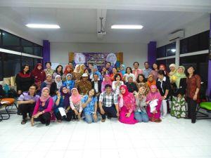 Foto bersama panitia dengan peserta pelatihan
